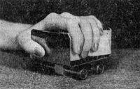 Рис. 2. Кисть больного лежит на роликовой «тележке»: активные движения в лучезапястном суставе (отведение и приведение), производимые больным, усиливаются благодаря вращению роликов.
