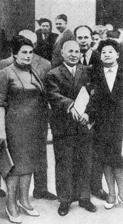 Академик АМН СССР И. В. Давыдовский (в центре) среди участников IV Всесоюзного съезда патологоанатомов.