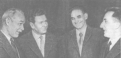 Академики В. В. Парин (слева) и П. К. Анохин (второй слева) беседуют с зарубежными учеными.