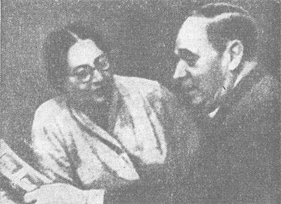 Академик АМН СССР П. Ф. Здродовский и E. М. Голиневич в лаборатории.