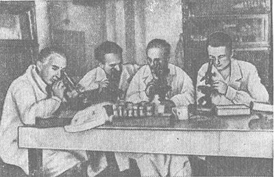 Советские ученые-генетики Г. Г. Тиняков, В. В. Сахаров (слева), H. Н. Соколов (справа) и Н. П. Дубинин.