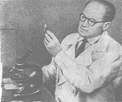 Академик АМН СССР Л. А. Зильбер в лаборатории.