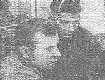 Первый в мире космонавт Ю. А. Гагарин помогает готовиться к полету первому врачу-космонавту Б. Б. Егорову.