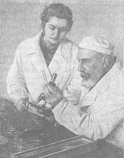 Академик В. П. Филатов в лаборатории.