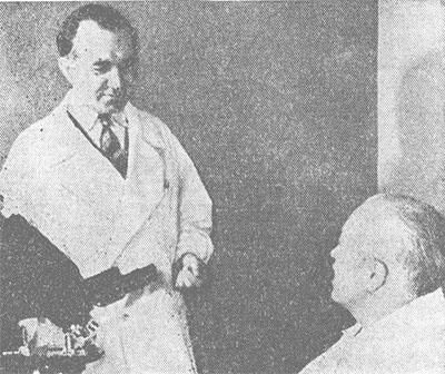 Академик H. Н. Блохин (слева) и академик АМН СССР Л. Ф. Ларионов в лаборатории.